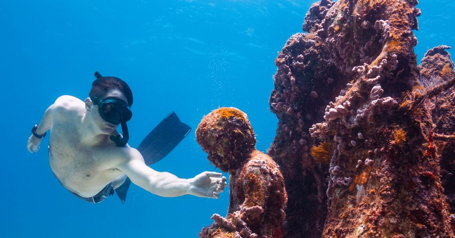 Isla Mujeres es un destino perfecto para sumergirse en aguas brillantes